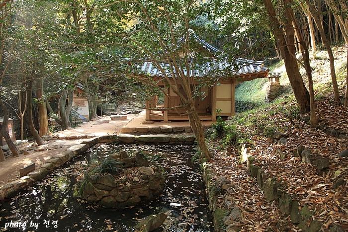 다산초당의 화단(화오) 다산은 연못의 위쪽 경사면과 동쪽에는 각각 6단과 2단의 화단을 만들었고 초당의 서쪽 경사면에는 6단을 만들었다.