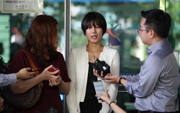 답변하는 양예원씨 5일 오전 서울 서부지방법원에서 열린 '유튜버 촬영물 유포 및 강제추행 사건' 제1회 공판을 방청한 피해자 양예원씨가 기자들의 질문에 답하고 있다.