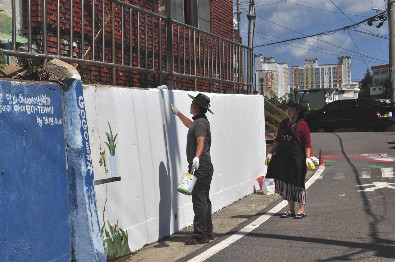 벽화를 그리는 참가자들.