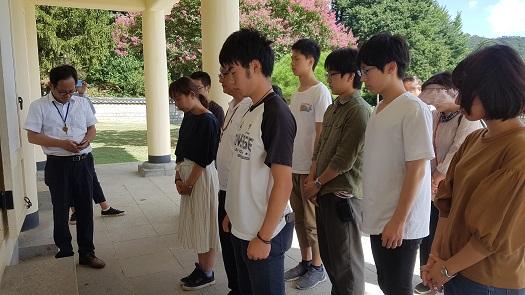 윤봉길 의사 사당에서 참배하고 있는 에히메 대학 학생들.