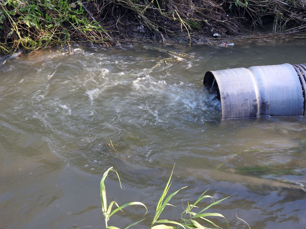 공주 도심에서 환경사업소로 가는 관이 훼손되어 정화되지 않은 오·폐수가 빠져나오고 있다