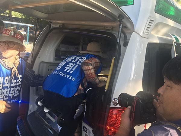 경찰과 대치 중, 이민숙 교사는 탈진했고 박세영 교사는 다쳤다. 119 구급차가 이들을 긴급히 병원에 이송했다.