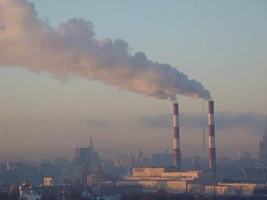 환경단체 등은 기후변화에 적극적으로 대응하기 위해 한국의 온실가스 감축량 목표를 올려야 한다고 주장하지만 산업계는 국제경쟁력 약화 등을 이유로 반대하고 있다.