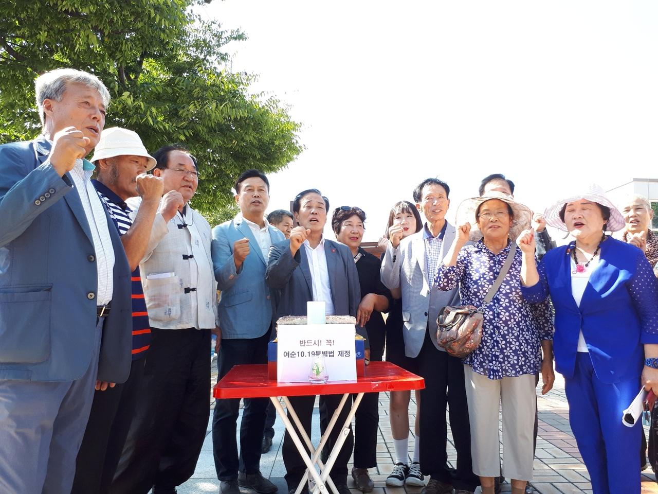 특별법 제정을 기원하는 유가족들 9월 4일 순천역 광장에서 여순 특별법 제정을 촉구하며 열린 캠프 개소식에서 유가족들이  준비한 팥시루떡에  불을 켜며 기원하고 있다.
