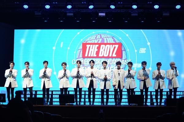 더보이즈 12인조 보이그룹 더보이즈가 지난 5일 첫 싱글앨범 < THE SPHERE >의 타이틀곡 '라잇 히어'를 발표하고 컴백했다.