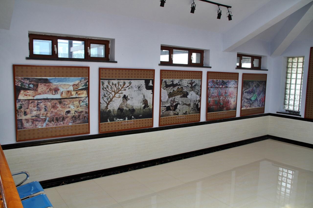 고분에 있는 벽화들  오회 5호분 입구에 마련된 전시관에 설치된 벽화 사진들. 우리 눈에 익숙한 벽화들이 보인다.