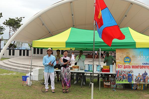 지난 7월 8일, 여수에서 열린 몽골 전통축제인 나담축제에서 사회를 보고 있다. 왼쪽은 남동생이다.