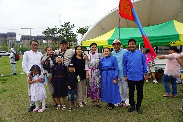 여수에서 열린 몽골 전통축제인 나담축제에 델게르마 식구 대부분이 참가했다. 몽골전통복장을 한 분들이 델게르마의 친정 부모님이다. 여수에서 열린 나담축제에는 여수, 순천, 광양의 결혼이주민여성과 노동자 50여명이 참석했다. 행사경비 대부분을 델게르마가 부담했다고 한다.