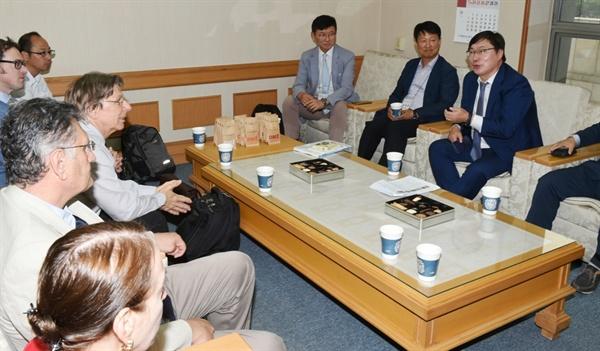 이화영 경기도 평화부지사가 6일 의정부예술의전당에서 열린 '2018 경기도 DMZ 국제 포럼'에서 참석자들과 간담회를 열고 있다.