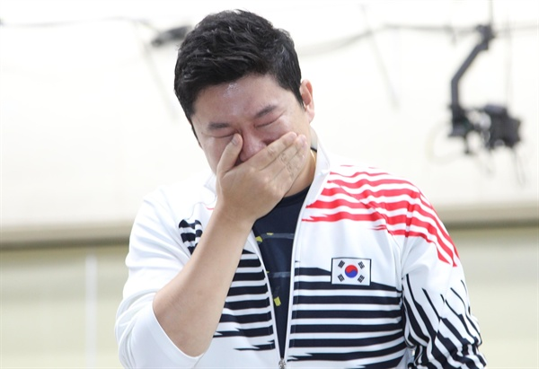 6일 창원국제사격장에서 열린 세계사격선수권대회 10m 공기권총에 진종오 선수가 금메달을 딴 뒤 눈물을 보이고 있다.
