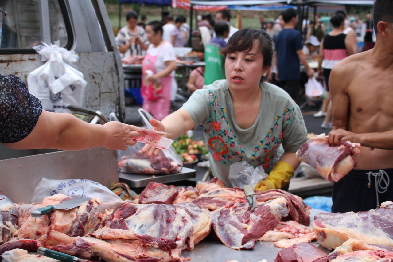 야외 정육정 중국 아침 시장에서 돼지고기를 팔고 있는 풍경
