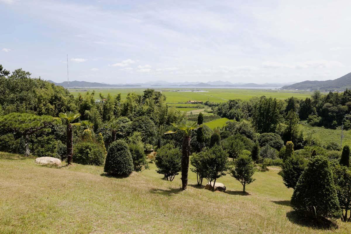 초암정원 잔디동산에서 내려다 본 풍경. 득량만과 예당평야가 한눈에 들어온다.