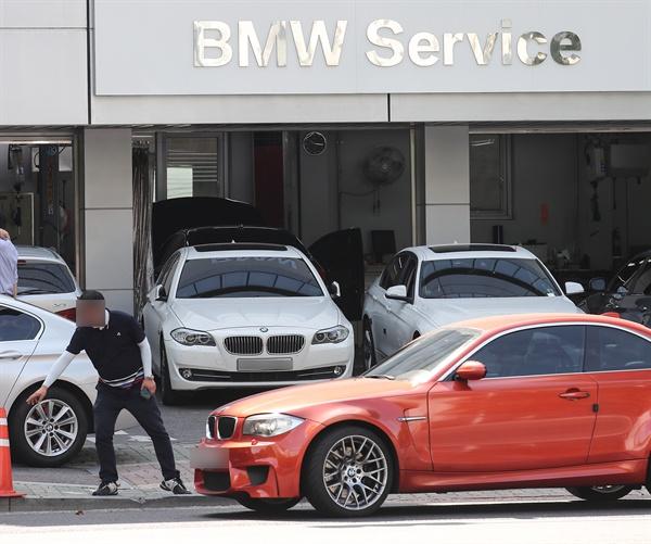 리콜 시작한 BMW, 차량들로 혼잡한 서비스 센터  연쇄 차량 화재사고로 논란을 빚고 있는 BMW 디젤 엔진 리콜(결함 시정)이 시작된 8월 20일 오전 서울 송파구의 한 BMW 공식서비스 센터가 리콜과 안전 점검을 받으려는 차량으로 붐비고 있다. BMW코리아는 이번 리콜에서 주행 중 엔진 화재의 원인으로 지목한 배기가스 재순환장치(EGR) 쿨러와 밸브를 개선 부품으로 교체하고 EGR 파이프를 청소(클리닝)할 예정이다. 리콜 대상은 2011∼2016년 사이 생산된 520d 등 42개 디젤 차종 10만6천317대다.