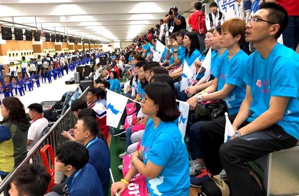 창원국제사격장에서 열리고 있는 창원세계사격선수권대회에서 아리랑 응원단이 북측선수들을 응원하고 있다.