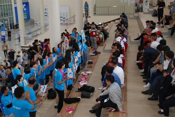 9월 6일 오후 창원국제사격장에서 열린 창원세계사격선수권대회의 '50m 러닝 카겟 혼합 남자 시니어' 경기에서 북측 선수들이 동메달을 땄다. 사진은 아리랑 응원단과 북측선수단이 관중석에서 같이 응원하는 모습.