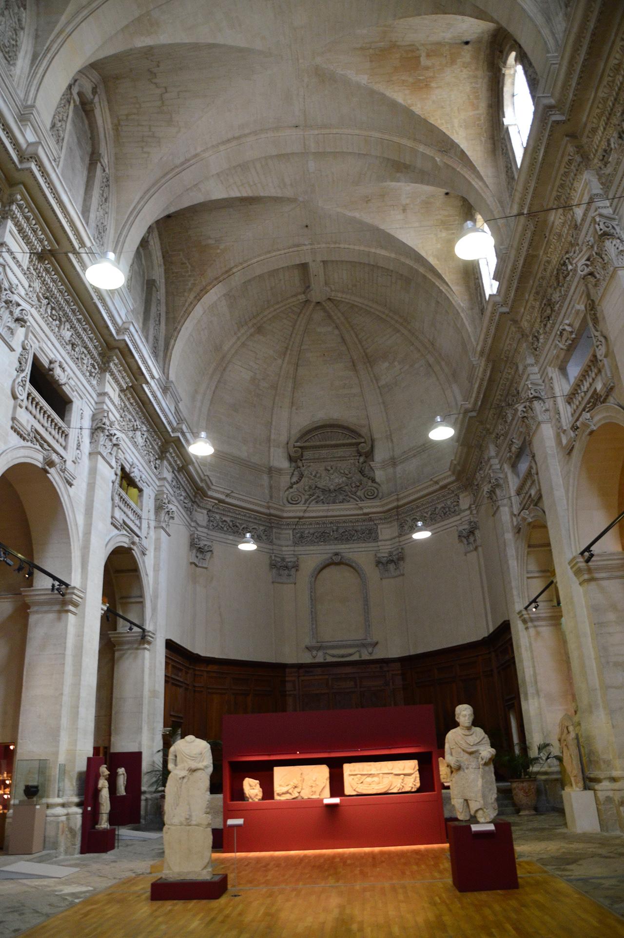 라피데르 박물관 내부. 예배당을 개조한 이 박물관은 파사드와 높은 천장이 그대로 남아 있다.