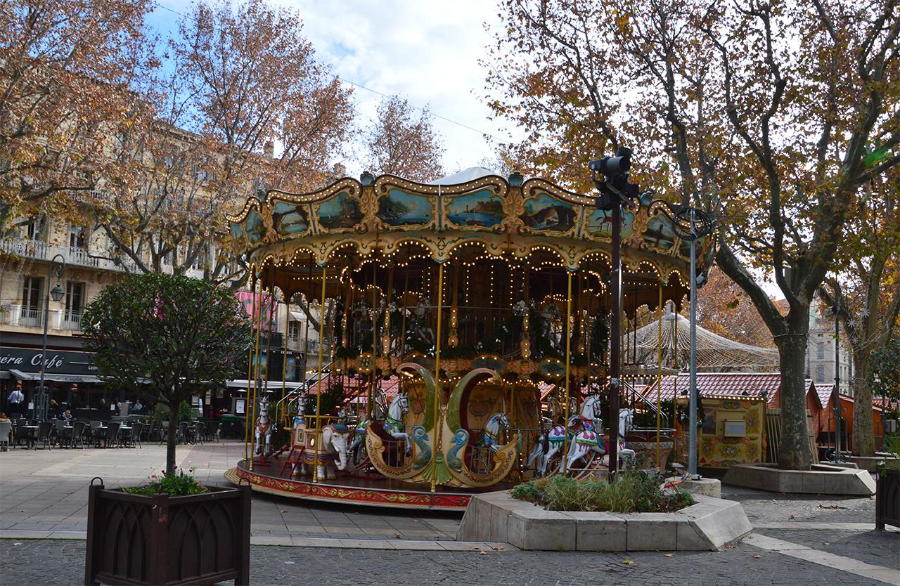 회전목마. 프랑스 사람들이 아끼는 놀이문화 회전목마는 프랑스 도시마다 자리잡고 있다.