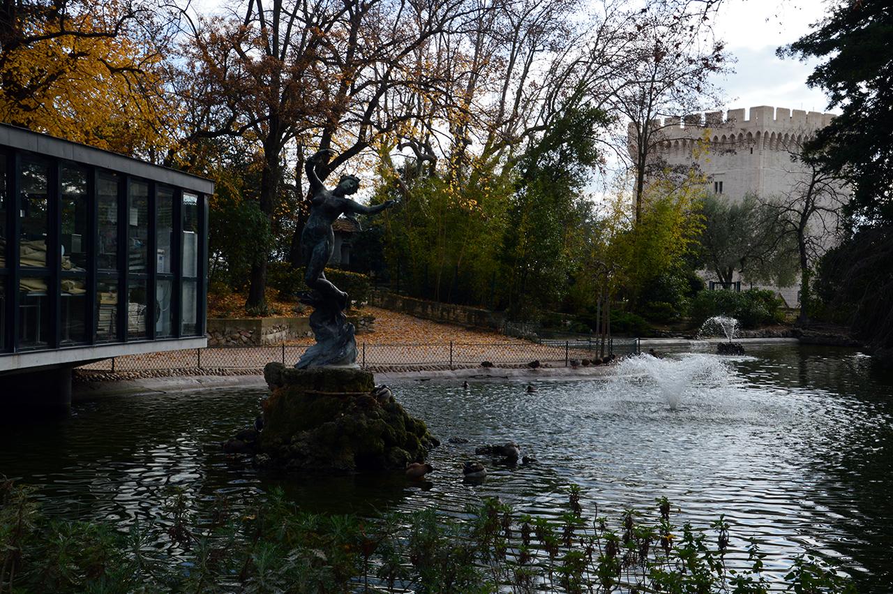공원의 연못. 절벽 위에 자리한 꽤 큰 연못이 여행객들의 마음을 편하게 해 준다.