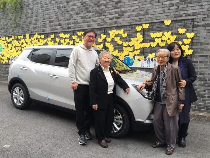 배우 김의성은 2016년 4월 티볼리 자동차를 구매하여 한국정신대문제대책협의회에 기증했다.
