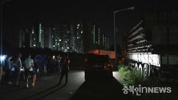 지난5일충북진천에모인보배드림회원.경적을울린다며일본산승용차를모는여성운전자에게욕설을했던40대남성운전자A씨가형사처벌에이어네티즌들의집단항의를받는처지가됐다.(사진보배드림갈무리)