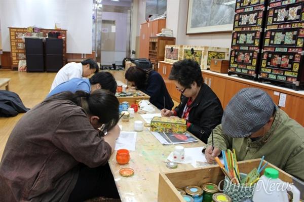 지난해 상반기 전통 문화에술 교육 체험(화각공예) 강좌 모습.