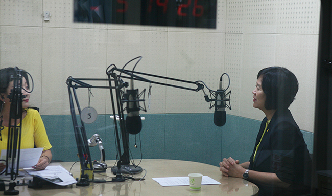 지난 4일 강릉강연에 나선 이정미 정의당 대표가 강릉KBS '정보광장' 라디오 프로그램에 출연해 지역 현안에 대한 질문에 대해 이야기 하고있다.
