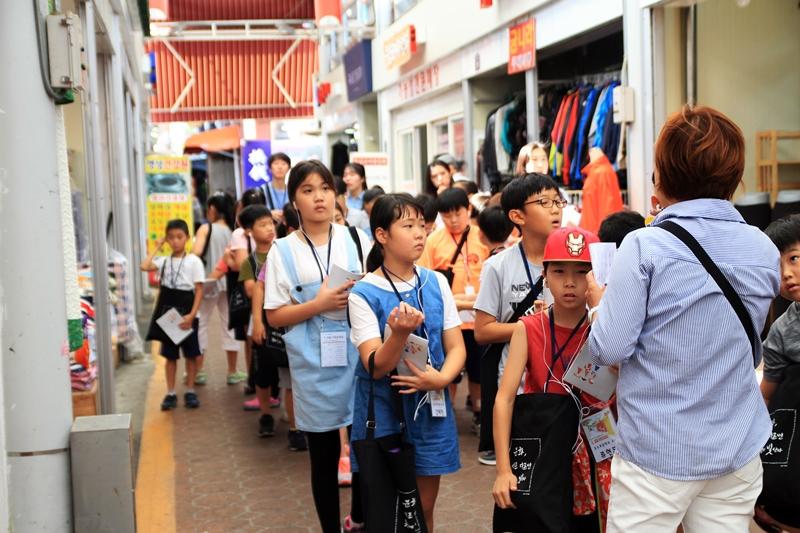 구_로컬 아트트래킹 신나는 예술여행, 구_로컬 아트트래킹에 참여한 온수초 어린이들이 구로시장을 둘러보고 있다.