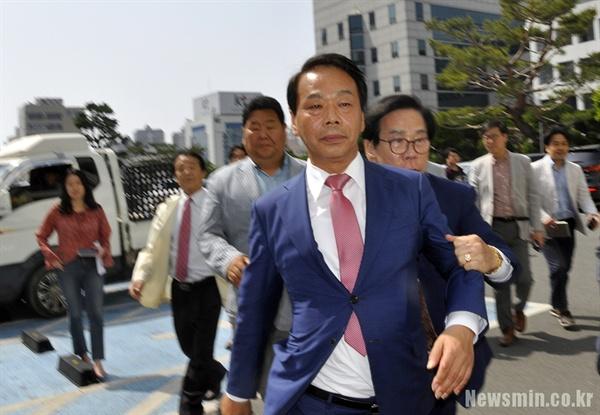 지난 5월 이완영 의원이 의원직 상실형을 선고받고 법원을 빠져나가고 있다.