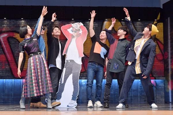 7일 오전 서울 여의도 KBS에서 10대 댄스 배틀 <댄싱하이> 제작발표회가 열렸다. 이승건 피디와 댄싱 코치들이 포토타임을 갖고 있다.