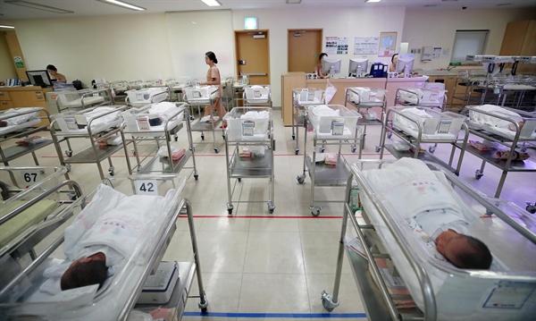 2017년 8월 출생아 수가 3만 명대를 회복했지만 9개월째 두 자릿수 감소율을 기록했다. 2017년 10월 25일 통계청이 발표한 '8월 인구동향'에 따르면 8월 출생아 수가 3만200명으로 1년 전 같은 달보다 10.9% 감소했다. 사진은 이날 오후 서울 중구 제일병원 신생아실 모습.
