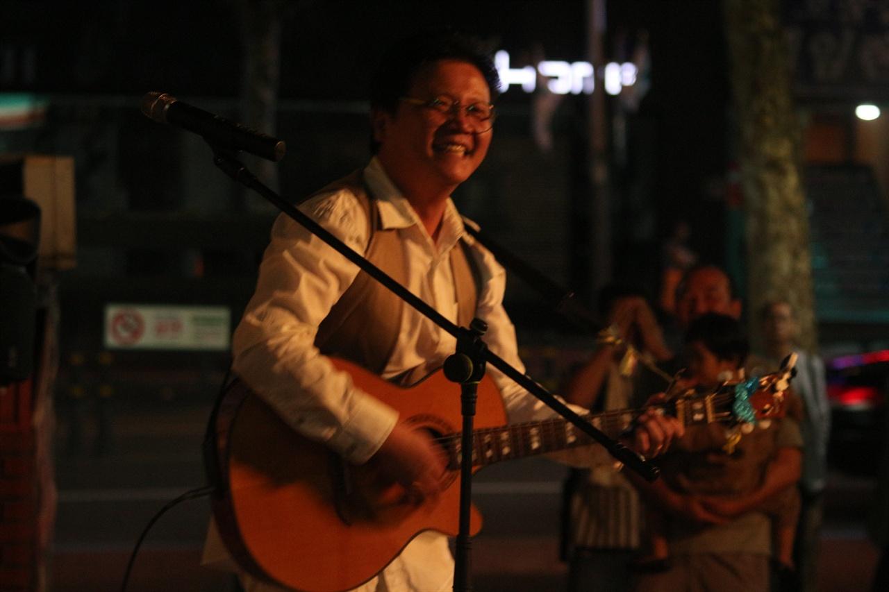 지역 가수 예재창의 노래 모습 달과 함께 놀다의 밴드 예재창 보컬이 노래를 부르고 있다.