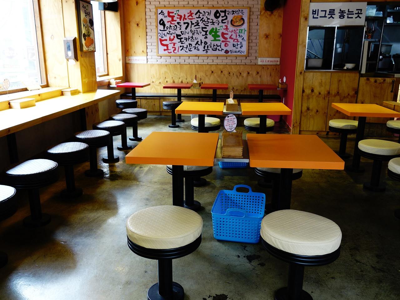 고정형 의자가 마련된 식당 테이블 회전율을 높이기 위해 테이블과 의자는 의도적으로 불편하게 만들어져 있다. 하지만 그렇기 때문에 음식값이 저렴해 질 수 있었다