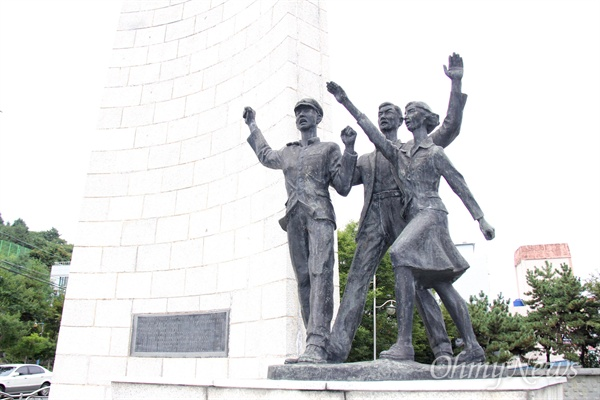 창원시 마산합포구 서성동 84-325에 있는 '3.15의거기념탑' 인물상이다. 이 기념탑은 1962년 7월 10일 건립되었다. 3명의 인물상은 모두 학생을 나타내고 있다. 그런데 당시 노동자와 여성 등 시민들이 중심이었다.