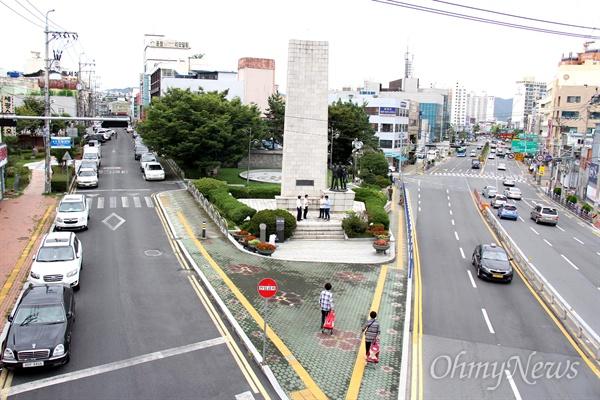 창원시 마산합포구 서성동 84-325에 있는 '3.15의거기념탑'이다.  이 기념탑은 1962년 7월 10일 건립되었는데, 지금도 주변에 주차공간이 없어 불편하다.