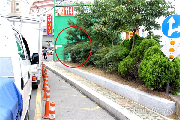창원시 마산합포구 상남동 102-6번지에 있는 '3.15의거 구명비'(원안)로, 그 앞에 화단이 조성되고 차량이 주차해 있어 쉽게 찾을 수 없도록 되어 있다.