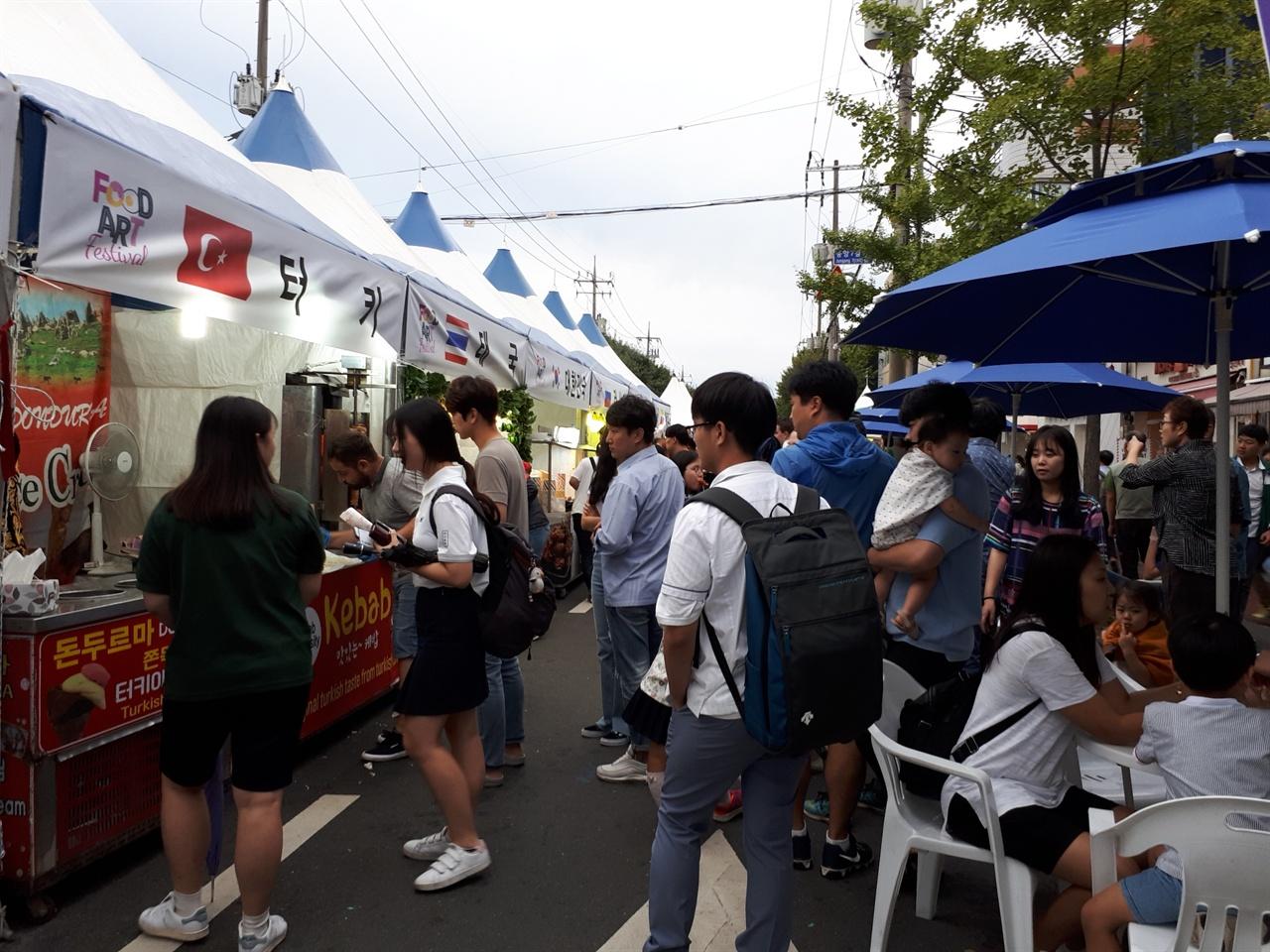 글로벌존  순천푸드아트페스티벌이 개막한 7일. 교복을 입은 학생들이 글로벌존에서 해외 음식을 맛보고 있다.