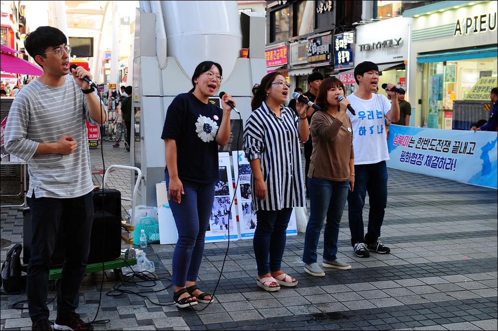대전청년회 노래모임 '놀'이 통일노래를 부르며 공연을 하고 있다.