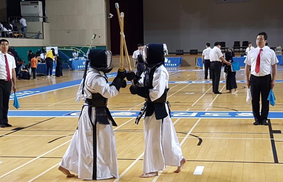 충남지역 초·중·고 학생들이 학교의 명예를 걸고 열띤 경쟁을 벌이기 위해 한자리에 모였다. 8일 충남 홍성 홍주문화체육센터에는 충남에서 500여 명의 학생들이 모인 가운데 '2018 교육감배 학교스포츠클럽 검도대회'가 열렸다.