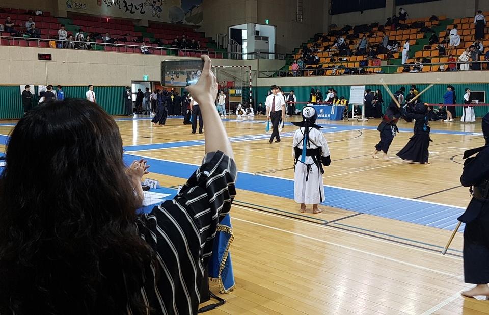 '2018 교육감배 학교스포츠클럽 검도대회'가 열린 8일 홍성 홍주문화체육센터에는 학생들뿐만 아니라 학부모도 함께 참가해 응원했다. 한 학부모가 시합장면을 촬영하고 있다.
