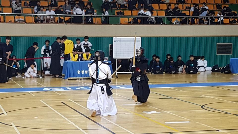 '2018 교육감배 학교스포츠클럽 검도대회'가 열린 홍성 홍주문화체육센터에서 중등부에 참가한 학생들이 자신들의 기량을 선보이고 있다.