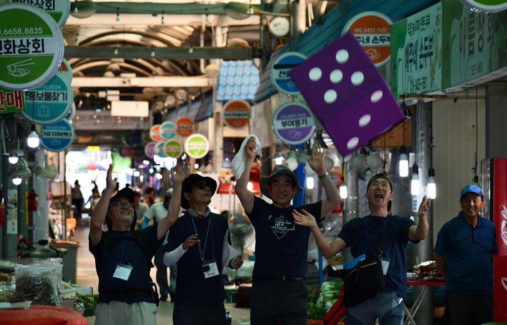 중앙시장에서 '훈민정음' 프로그램에 참가자들이 주사위를 던지며 동심으로 돌아갔다.