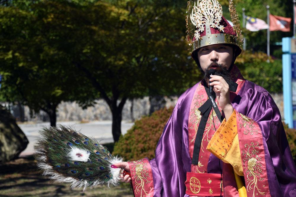 미마지 복장을 하고 행사에 관해 설명을 하고 있다.