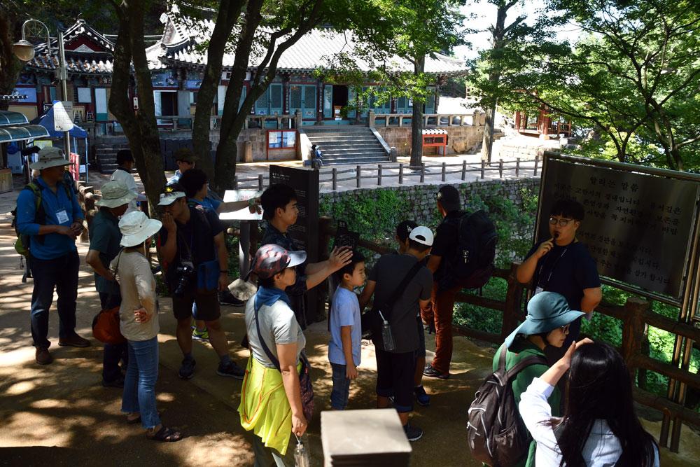 참가자들이 해설사의 설명을 들으며 부소산성 고란사를 돌아보고 있다.
