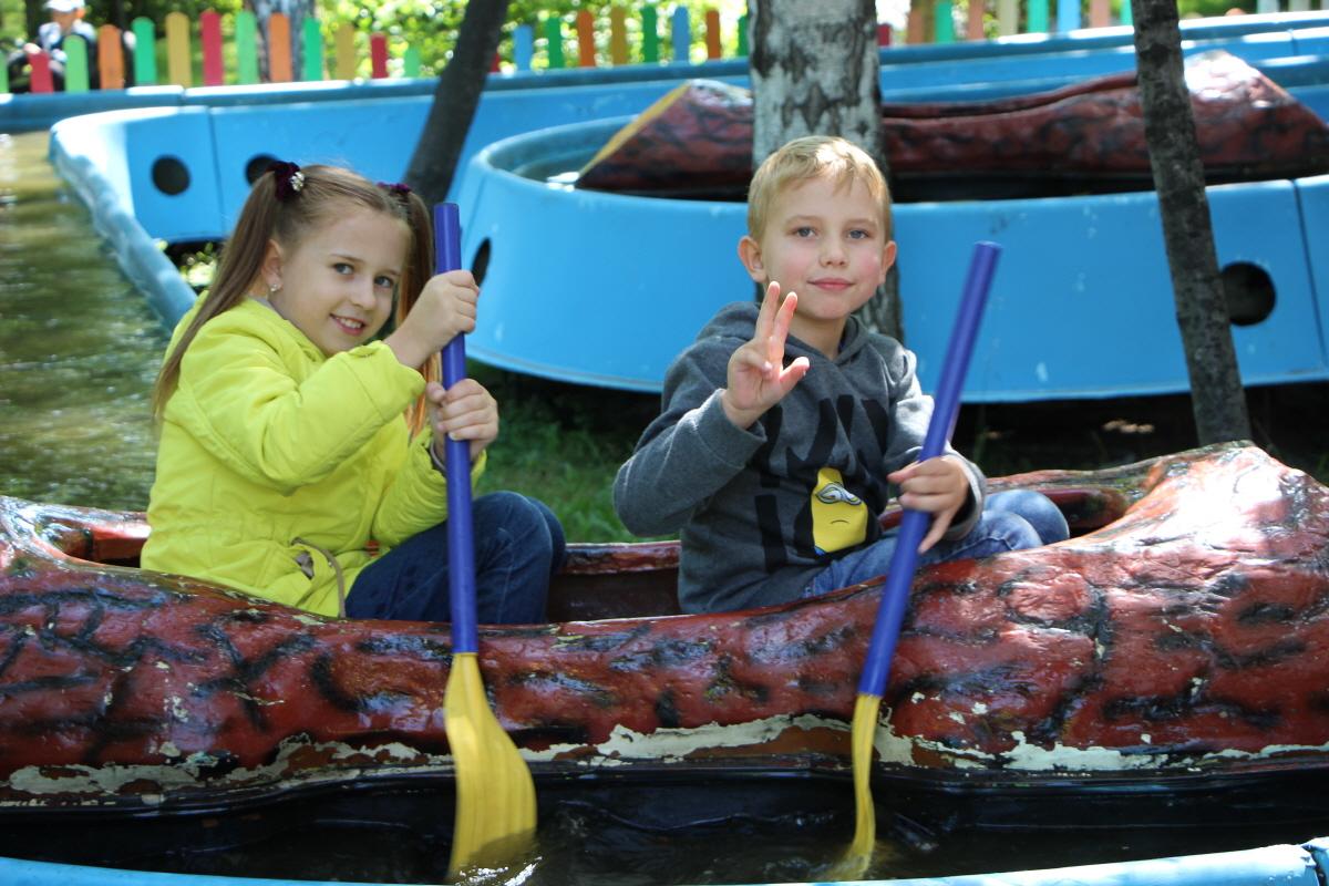 중앙공원의 놀이시설을 이용하는 아이들