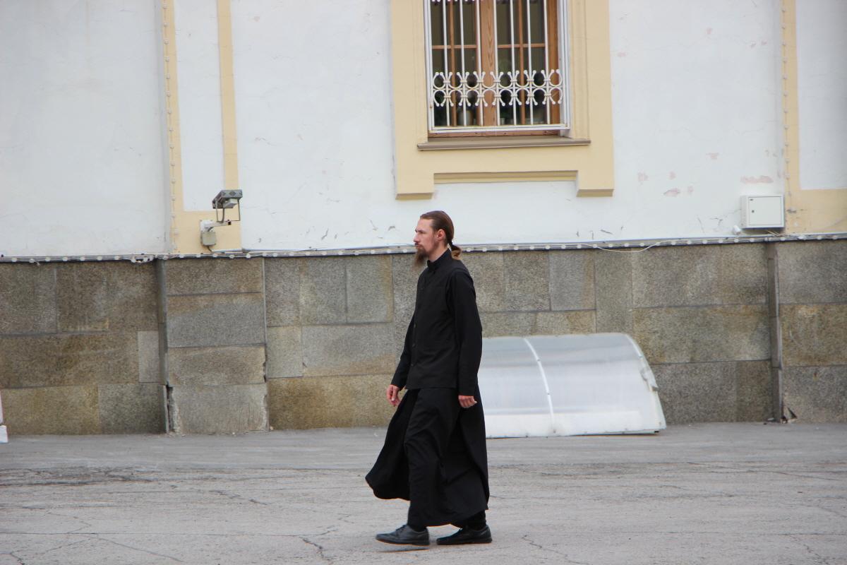 수염을 기르고 머리를 묶은 정교회 사제