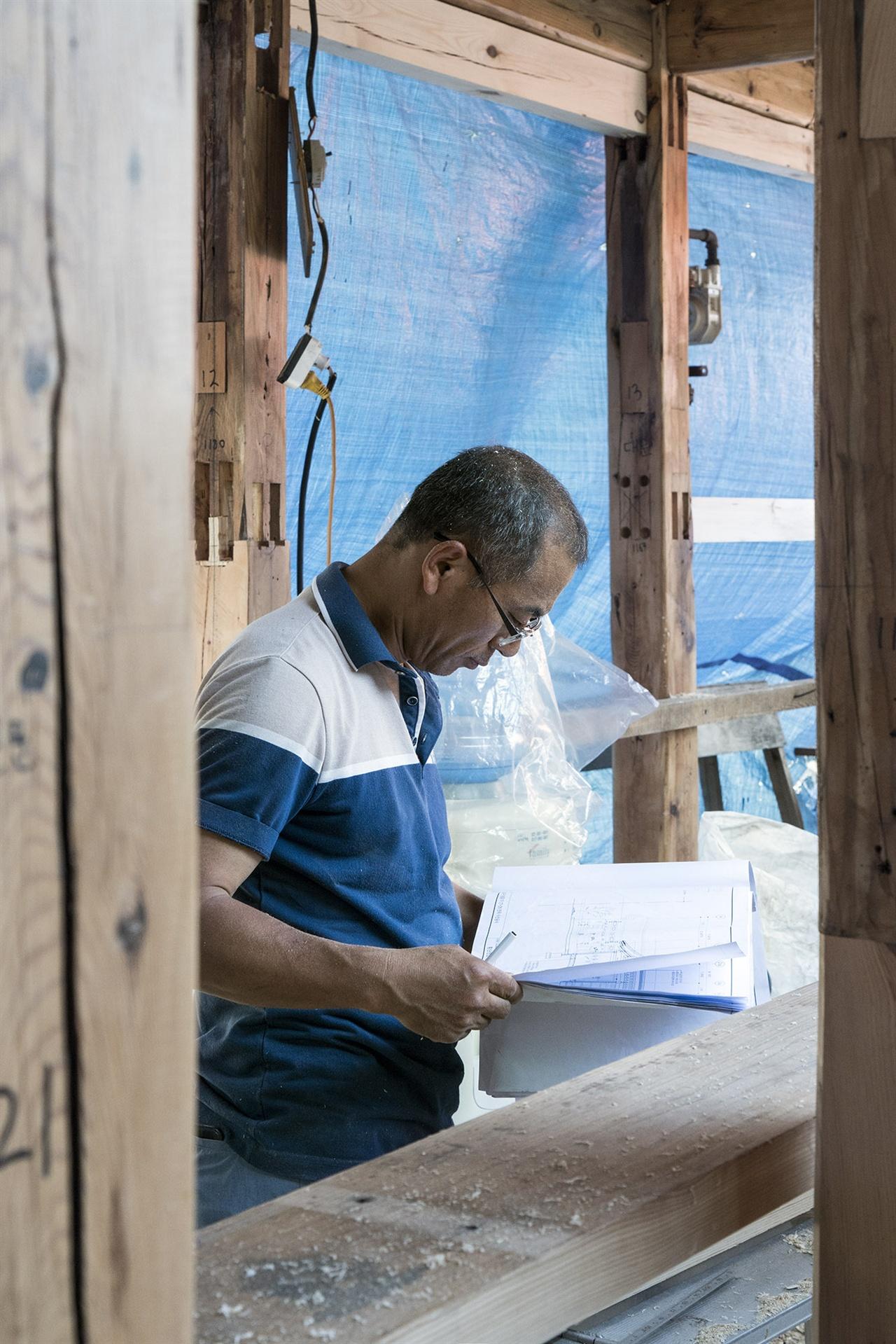 우리집 목공 책임자 한창봉 대목. 건축가는 종이 위에 도면을 그리고, 목수는 그 도면을 현장에서 구현한다. 나무는 한 번 자르면 붙일 수 없으니 집 구조 전체에 대한 충분한 이해는 필수다. ⓒ 황우섭