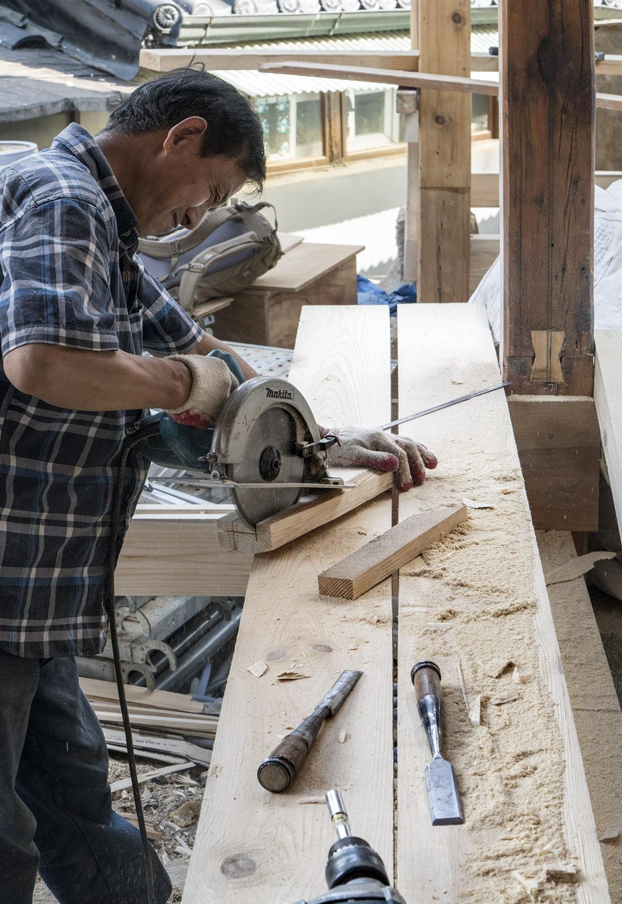 톱질하는 이 분은 박목수님이시다. 목수님들은 때로 전동기를 사용하기도 하지만, 대부분 여전히 손에 익은 연장을 주로 사용하신다. ⓒ 황우섭