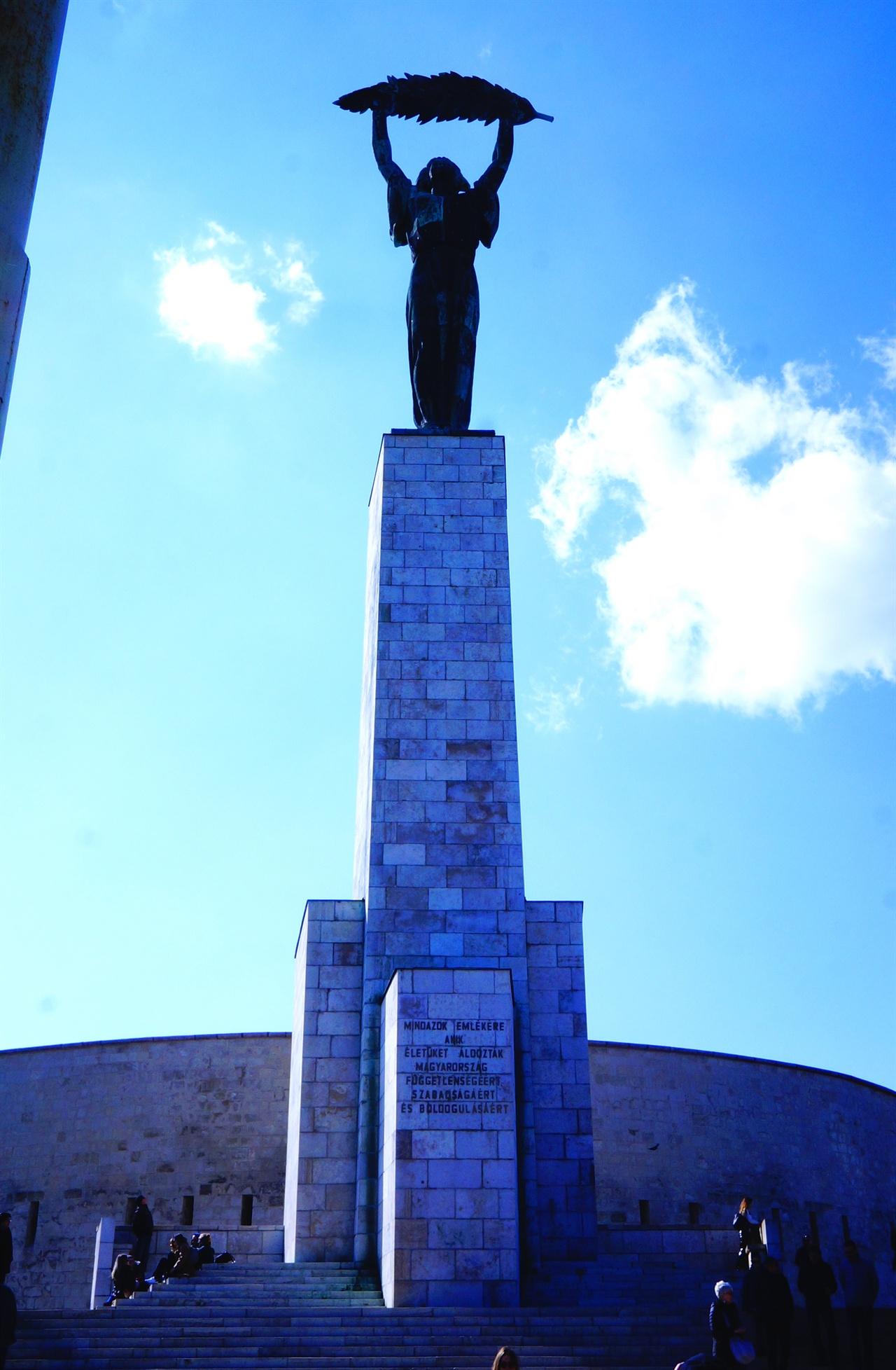 겔레르트 언덕의 '자유의 여신상' 제2차 세계대전 때 소련군이 독일군을 물리친 후 '자유의 여신상'을 세운다