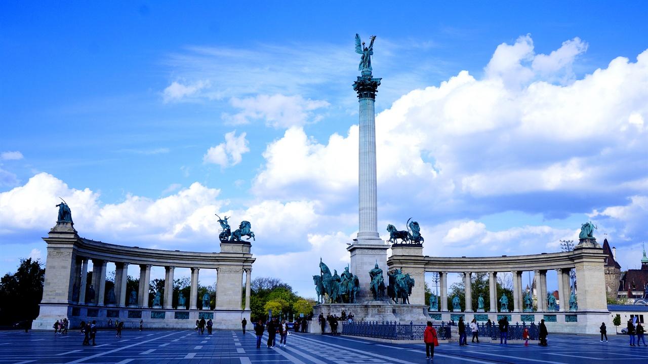 영웅 광장 헝가리 역사의 주요 인물들 동상이 한데 자리한 곳