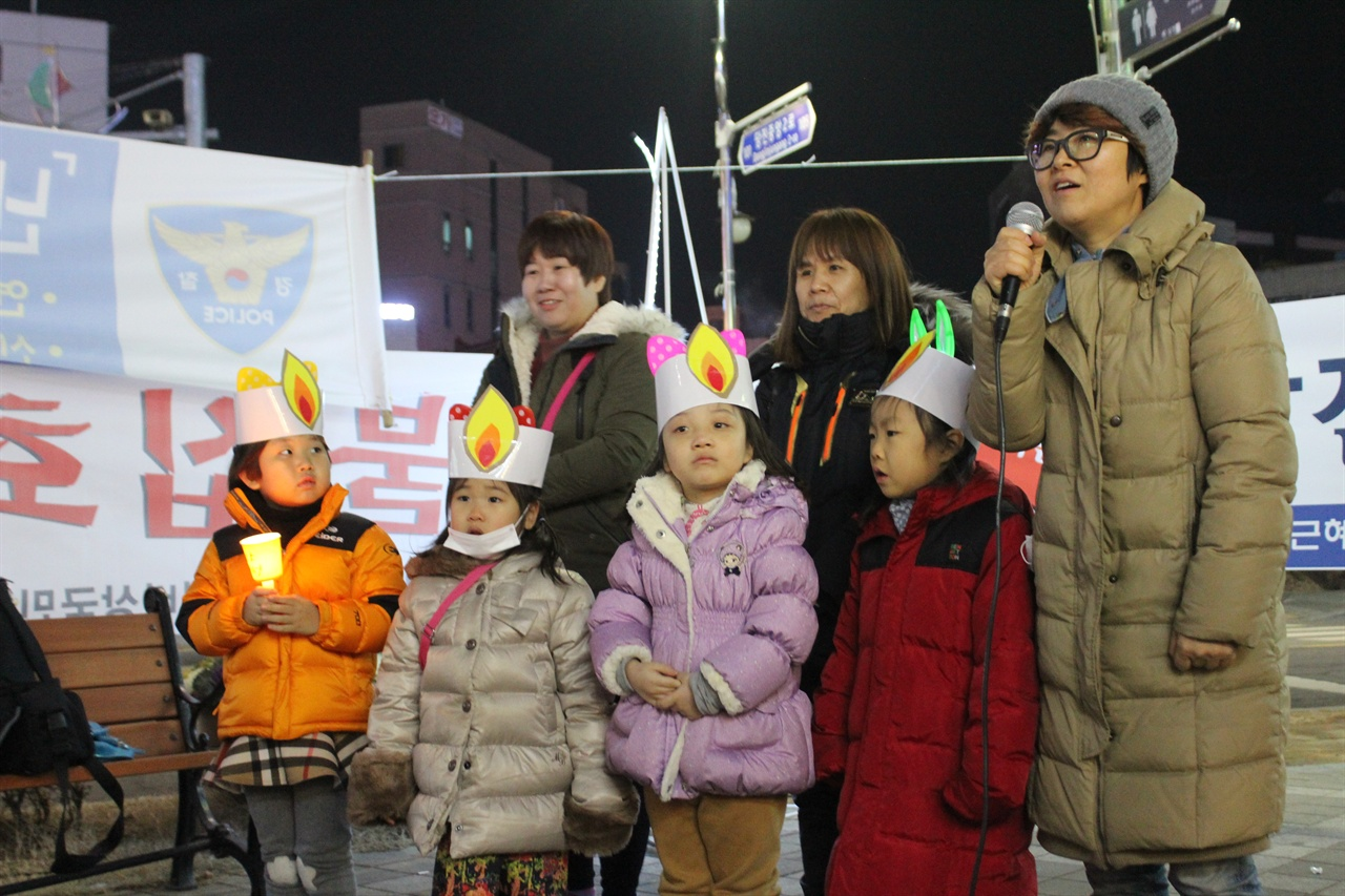 당진촛불집회에 참여한 어울림여성회 회원들 지난 해 1월 박근혜 하야를 주장하며 어울림여성회 회원들이 발언하고 있다.